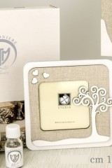 Portafoto-legno-con-dettaglio-albero-e-scatola.-CM-14x14-EST-CM-8x8-INT-Codice-E08684