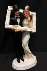 Cake topper coppia sposi con cornice photo boot in resina. H 18  Codice: PB14524